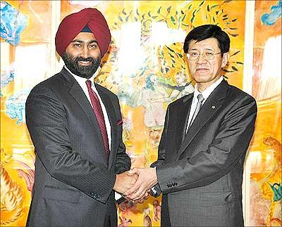 Malvinder Singh, CEO and MD, Ranbaxy, and Takashi Shoda, president and CEO, Daiichi Sankyo Company Ltd after signing the strategic deal. | Photograph, courtesy: Ranbaxy