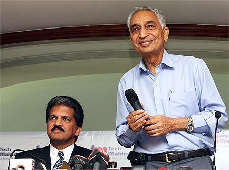 Anand Mahindra, chairman, Tech Mahindra, and Vineet Nayyar (right), its CEO and MD, address a news conference in Mumbai after winning the bid for a controlling stake in Satyam Computer Services Ltd.