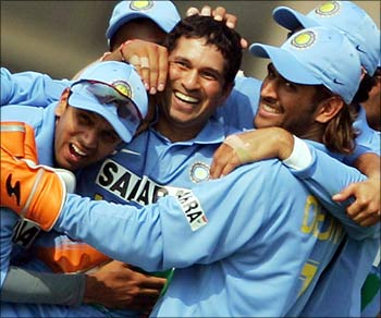Sachin Tendulkar celebrates with team mates after dismissing Pakistan's Inzamam-ul-Haq.