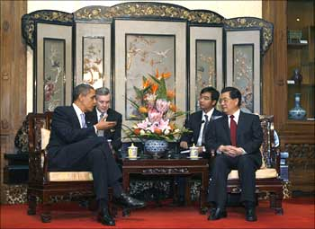 US President Barack Obama (L) talks to China's President Hu Jintao (R) at the Diaoyutai State Guest House in Beijing.