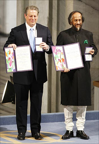Former US Vice President Al Gore and R K Pachauri with their Nobel Prize for Peace in Oslo.