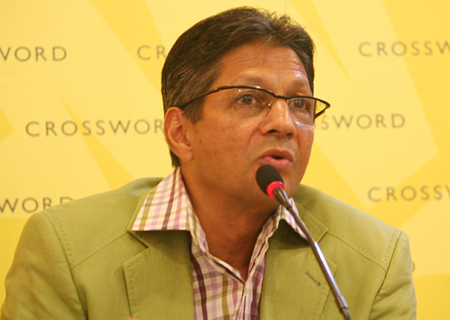 Parag Parikh speaks at Crossword Bookstore in Kemps Corner, Mumbai.