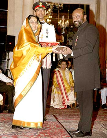 HCL chief Shiv Nadar receives the Padma Bhushan from PResident Pratibha Patil.