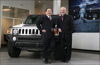 Sichuan Tengzhong CEO Yang Yi (l) and Hummer CEO Jim Taylor in Michigan.