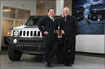 Sichuan Tengzhong CEO Yang Yi (l) and Hummer CEO Jim Taylor in Michigan.