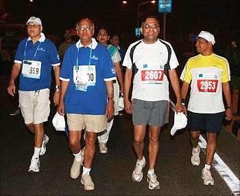 Ramadorai (second from left) with Chandrasekaran at the Mumbai Marathon.