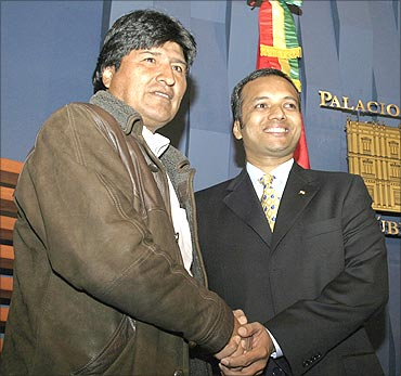 Bolivia's President Evo Morales (L) shakes hands with Naveen Jindal.