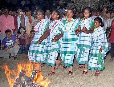 Jhumur performers.
