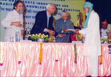 Mohammed Saidullah receives the award from A P J Abdul Kalam.