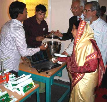 Muruganantham demonstrates the machine to President Pratibha Patil.