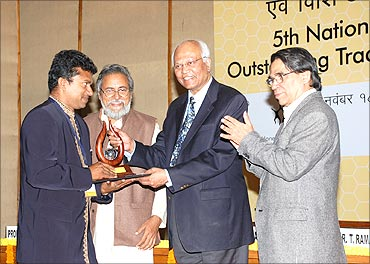 Mathews receives the innovation award from R A Mashelkar.