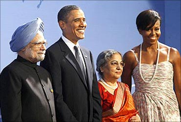 Prime Minister Manmohan Singh (L) and his wife pose with US President Barack Obama and first lady