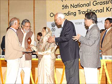 Virendra receives the innovation from President Pratibha Patil.