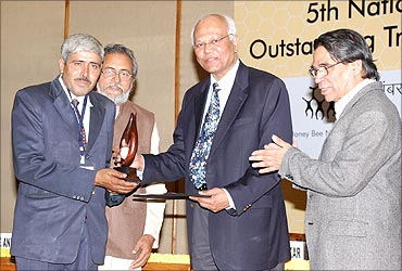Dharamveer receives the innovation award from Dr R A Mashelkar.