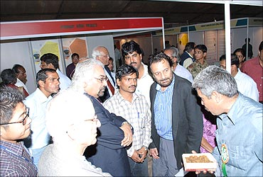 Sam Pitroda, Shekar Gupta talk to Dharamveer during the exhibition at  Rashtrapati Bhavan.