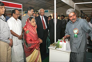 President Pratibha Patil talks to Dharamveer during the innovation exhibition at Rastrapati Bhavan.