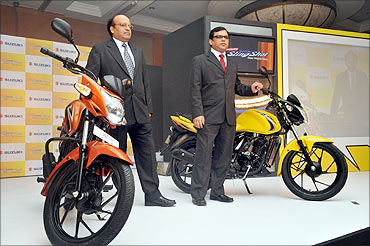 (L to R) Anand Thakur, head of sales, India and Vipul Goel, head of services, Suzuki Motorcycle.