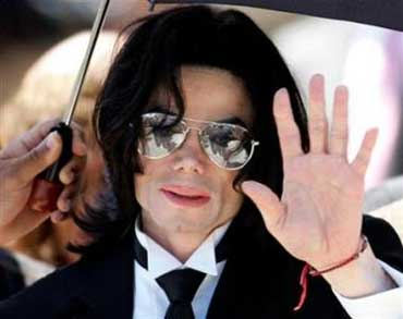Michael Jackson waves to supporters as he leaves the Santa Barbara County Courthouse in California, June 13, 2005.