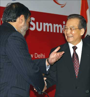 Chinese Premier Wen Jiabao (R) shakes hands with India's Trade Minister Anand Sharma as they attend the India-China Business Cooperation Summit in New Delhi.