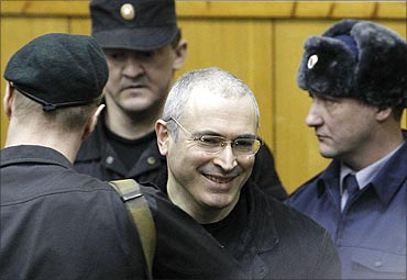 Khodorkovsky (2nd R) arrives for a court session in Moscow.