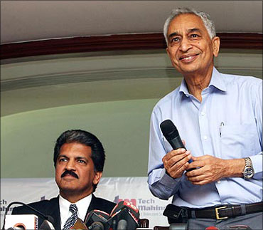 Anand Mahindra, chairman, Mahindra Group and Vineet Nayyar (right), chairman, Mahindra Satyam.