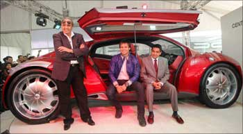 Dilip Chhabria (L), Vivek Oberoi (C) and Ajinkya Patil (R), chairman, DY Patil Group and the DC-Imperator.