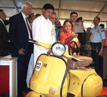 Jahangir shows the scooter-powered mill to President Pratibha Patil.