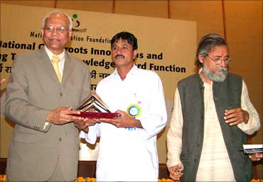 Jahangir receives an award from Dr R A Mashelkar, Prof Gupta (R).