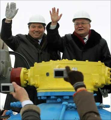 KazMunaiGas president Uzakbai Karabalin (l), and CNPC VP Zhou Ji Pin.