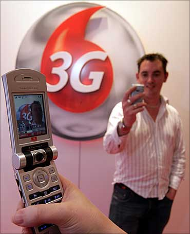 Handset makers to ride on low-cost 3G phone wave