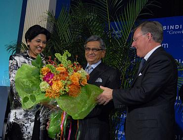 Pepsico CEO Indra Nooyi,(Left) welcomes External Affairs Minister SM Krishna (centre) with Terry McGraw (right) to the USIBC's gala in Washington, DC