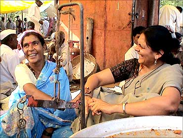 Chetna Sinha with a vendor in the market.