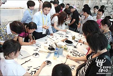 Masters introduce Chinese painting skills.