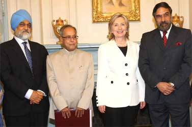 (L-R) Planning Commission Deputy Chairman Montek Singh Ahliwalia, Mukherjee, Clinton and Sharma.