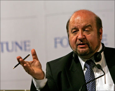 Peruvian economist Hernando de Soto.