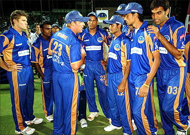 Shane Warne talks to his team members.