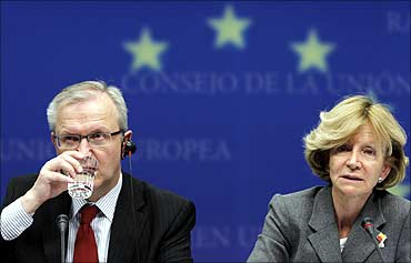 EU Economic and Monetary Affairs Commissioner Olli Rehn (L) and Spain's Economy Minister Elena Salga