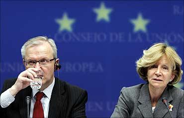 EU Economic and Monetary Affairs Commissioner Olli Rehn (L) and Spain's Economy Minister Elena Salga