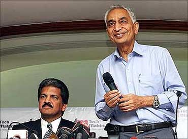 Anand Mahindra, chairman, Tech Mahindra, and Vineet Nayyar (right), chairman, Mahindra Satyam.