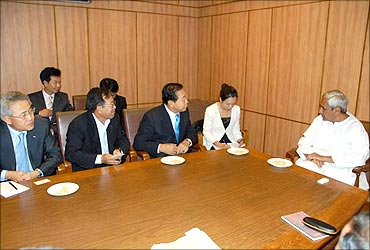 Orissa CM Naveen Patnaik with Posco officials.