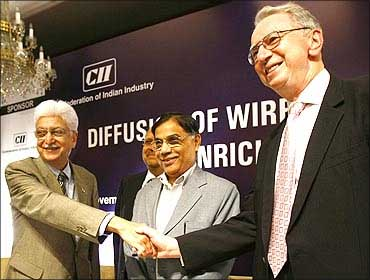 Qualcomm Chairman Irwin Jacobs (R) shakes hands with Wipro Chairman Azim Premji.