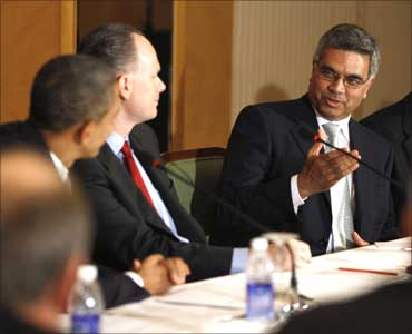 Spice Jet founder Bhupendra Kansagra (R) speaks to Barack Obama.