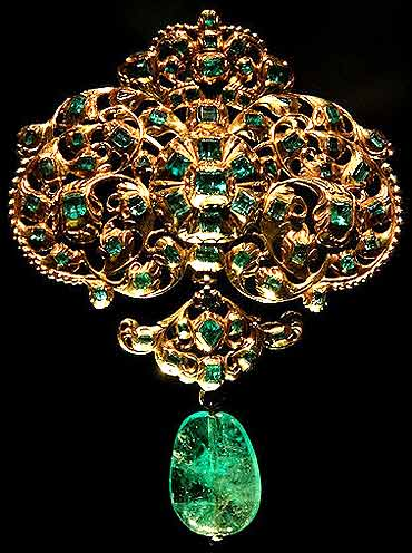 A gold and emerald jewellery.