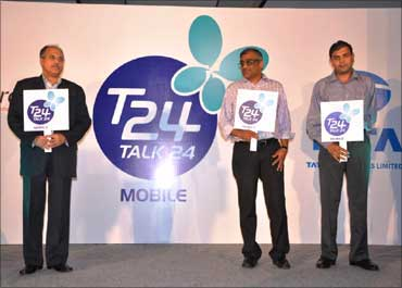 Anil Sardana, MD - TTSL, Kishore Biyani, CEO - Future Group and Mayur Toshniwal, CEO - T24 unveiling mobile.