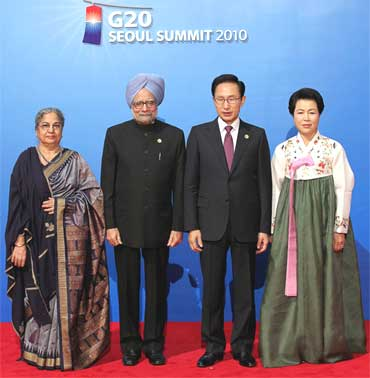 South Korea's President Lee Myung-bak and his wife Kim Yoon-ok pose with Prime Minister Manmohan Singh (2nd L) and his wife Gursharan Kaur