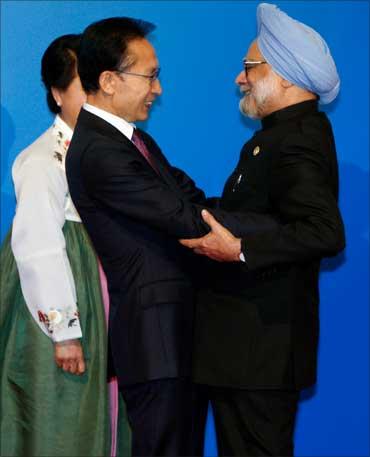 PM Manmohan Singh greets South Korean President Lee Myung-bak