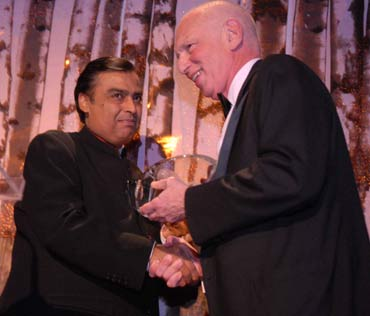 Mukesh Ambani receiving Asia Society's Global Vision Award.