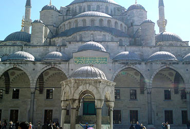 Th eBlue Mosque in Istanbul, Turkey.