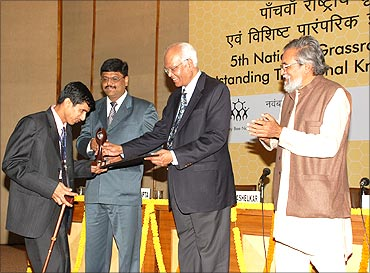 Sandeep receives the innovation award from Dr. R A Mashelkar, Prof Anil Gupta (R).