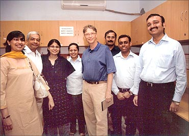 Bill Gates,  Abhishek Sinha (R) at Eko office in November 2008.